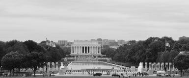 Lincoln Memorial och reflexionen slår samman, sikten från Washington Memorial, USA Fotografering för Bildbyråer