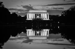 Lincoln Memorial och spegelreflexion i svartvitt, Washington DC USA Arkivfoton