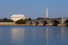 Lincoln Memorial und Nationaldenkmal bei Sonnenuntergang im Washington DC Lizenzfreies Stockfoto