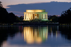 Lincoln Memorial y la piscina de reflejo en el illum de Washington foto de archivo