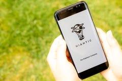 Lincoln, Reino Unido - 07/16/2018: La pantalla de la carga para Pokemon va con el logotipo y el Pokemon Company de Niantic, alred foto de archivo