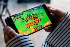 Lincoln, Royaume-Uni - 06/30/2018 : Quelqu'un jouant le pokemon qu images libres de droits