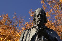 Lincoln, UK, 6th November, Tennyson Memorial och staty i jordningen av Lincoln Cathedral royaltyfri foto