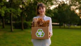 Linda jovem segurando uma caixa com sacos de papel vídeos de arquivo