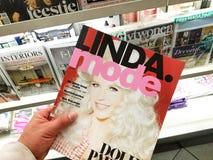 Linda Mode-tijdschrift in een hand stock fotografie