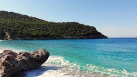 Linda praia de Evia, Grécia baía marítima com turquesa, água azul ao pé dos penhascos, entre os video estoque
