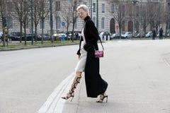 Linda tol που εκτελεί το στενό διάδρομο χειμώνας 2015 2016 φθινοπώρου εβδομάδας μόδας του Μιλάνου, Μιλάνο streetstyle στοκ φωτογραφία