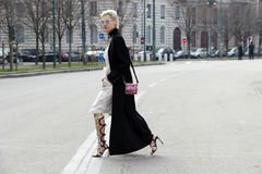 Linda tol που εκτελεί το στενό διάδρομο χειμώνας 2015 2016 φθινοπώρου εβδομάδας μόδας του Μιλάνου, Μιλάνο streetstyle στοκ φωτογραφίες