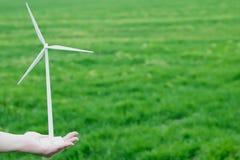 Linda turbinen räcker in royaltyfri bild