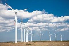 Linda turbiner brukar, alternativ energi, Bulgarien. Royaltyfri Bild
