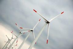 Linda turbiner på den dystra skyen royaltyfri fotografi