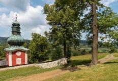 Lindar som växer på den sena barocka calvaryen i Banska Stiavnica, Slovakien Royaltyfri Bild