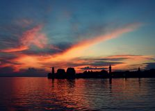 Lindau-Hafen vor einem szenischen Sonnenuntergang lizenzfreie stockbilder