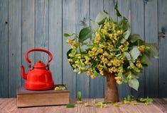Lindeblume in einem Vase und in einer Teekanne, Buch Lizenzfreie Stockbilder