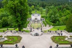Linderhof城堡和庭院看法  免版税库存照片