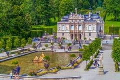 Linderhof Palast Während der Herrschaft des Königs Ludwig II umgebaut, ist Linderhof Palast eins der besuchten Denkmäler im Bayer lizenzfreie stockfotos