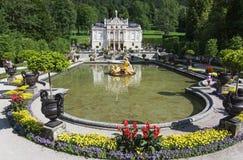 Linderhofkasteel met meer, Beieren, Duitsland Royalty-vrije Stock Foto's
