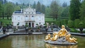 Linderhofpaleis met Fonteinstandbeeld royalty-vrije stock fotografie