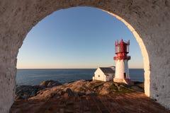 Lindesnes Fyr,历史的灯塔在挪威,进行下去一个被环绕的窗口 免版税库存照片