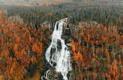 Lindfossen - grande cachoeira norueguesa no outono imagem de stock