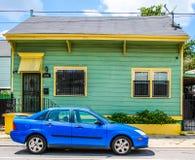 Lindgrünes und gelbes Haus in New Orleans, Louisiana 7. Bezirk stockfotos