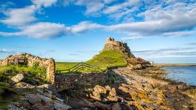 Lindisfarne kasztel na Northumberland wybrzeżu obraz royalty free