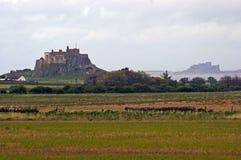 Lindisfarne och Bamburgh slott Royaltyfri Foto