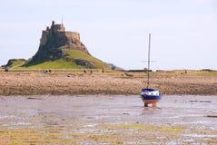 Lindisfarne Schloss und Segelnboot stockfoto