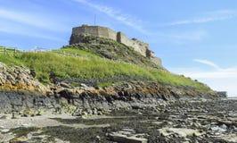 Lindisfarne-Schlosspanoramablick vom Strand, blauer Himmel an einem Sommertag, heilige Insel, Northumberland lizenzfreies stockfoto
