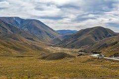 Lindispas die tussen de valleien van de Rivieren van Lindis en Ahuriri-, zuideneiland van Nieuw Zeeland ligt royalty-vrije stock afbeelding