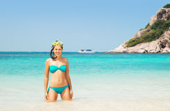 Lindo, ajuste, jovem mulher no roupa de banho ciano com óculos de proteção do mergulho fotografia de stock