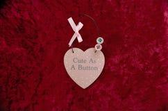 Lindo como forma del corazón del rosa de botón con un arco y los botones fotografía de archivo