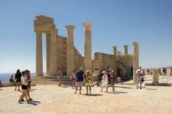 Lindos上城加强了城堡,罗得岛海岛/希腊- 2017年9月7日:与小组的令人惊讶的废墟好奇旅客 库存照片
