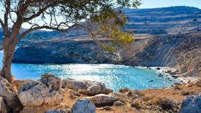 Lindos村庄和从Kleovoulos坟茔小山拍的不尽的爱琴海照片 免版税图库摄影