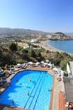 Lindos,希腊- 2015年9月06日:由户外游泳池的人们在一个晴朗的夏日 免版税图库摄影