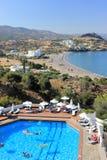 Lindos,希腊- 2015年9月06日:由户外游泳池的人们在一个晴朗的夏日 库存图片