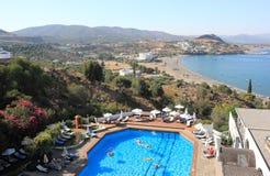 Lindos,希腊- 2015年9月06日:由户外游泳池的人们在一个晴朗的夏日 免版税库存照片