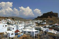 Lindos com o castelo acima na ilha grega do Rodes foto de stock