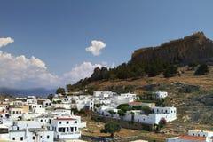 Lindos con il castello qui sopra sull'isola greca di Rodi Isola di Rodi - famosa per i punti di riferimento storici e le belle sp immagine stock