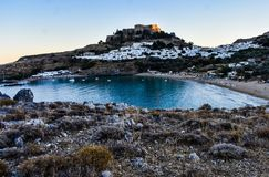 Lindos-Dorf und Lindos-Bucht, Foto gemacht vom Kleovoulos-Grabhügel stockfotografie