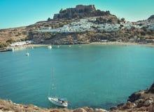 Lindos-Dorf und das endlose Foto des Ägäischen Meers gemacht vom Kleovoulos-Grabhügel stockbilder