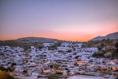 LIndos-Dorffoto während des Sonnenuntergangs im August lizenzfreie stockfotos