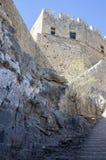 Lindosakropolis versterkte citadel tijdens de zomer toeristisch seizoen, archeologieruïnes royalty-vrije stock foto