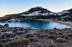 Lindosdorp en Lindos-baai, foto uit Kleovoulos-Grafheuvel die wordt genomen stock fotografie