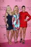 ¿Lindsay Ellingson, Erin Heatherton y Doutzen Kroes llega Victoria's Secret cuál es atractivo? Partido Imagen de archivo libre de regalías