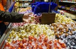 Lindt choklad shoppar i Jungfraujoch arkivfoton