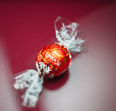Lindt-Schokolade auf rotem Hintergrund Stockfotografie