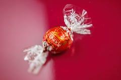 Lindt-Schokolade auf rotem Hintergrund Lizenzfreie Stockbilder
