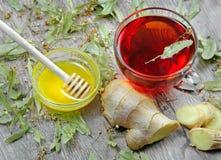 Lindte på trätabellen en kopp av lindte, honung och den ljust rödbrun bästa sikten traditionella boter för förkylningar och influ royaltyfri bild