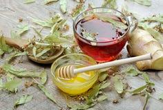Lindte på trätabellen en kopp av lindte, honung och den ljust rödbrun bästa sikten traditionella boter för förkylningar och influ royaltyfri foto